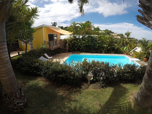 Lodge de standing meublé 2/4 p. avec piscine privé - Les Avirons - Dağ Evi