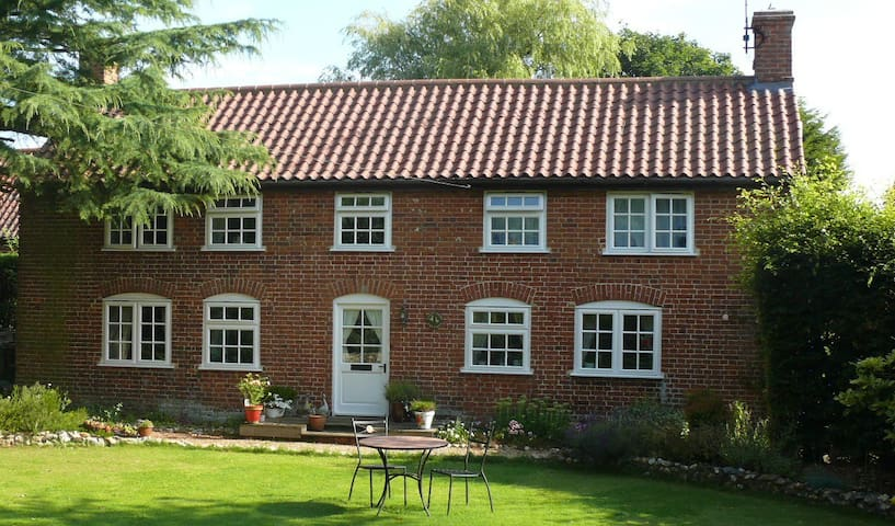 Country Cottage in Private Garden - Wickmere - House