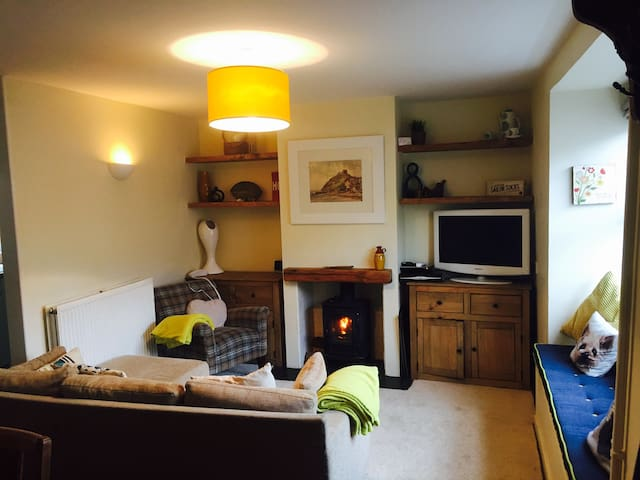 Refurb'd cosy cottage by the beach - Criccieth - Hus