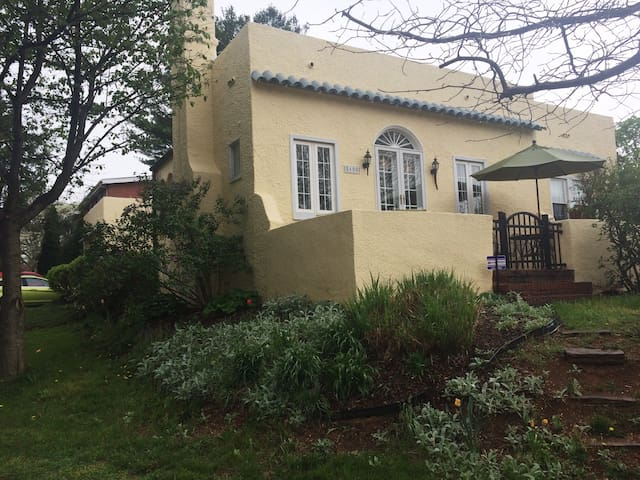 Charming bungalow, centrally located - Baltimore - Casa