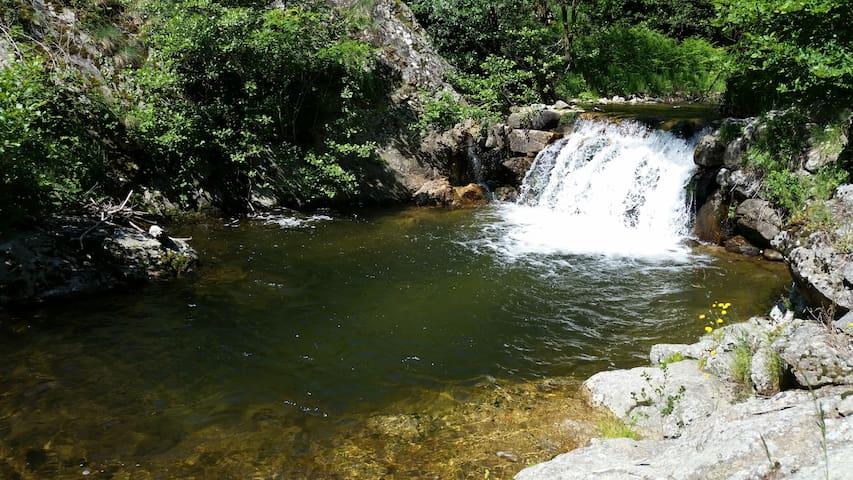 La manaudiere: rivière (baignade)/piscine chauffée - Rocher - Casa
