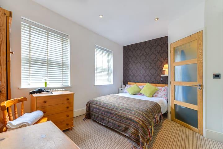 Large double room, ensuit bathroom - Sandhurst  - Ev