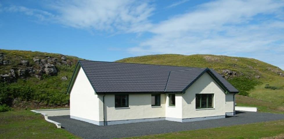 Arnaval in a quiet rural area with mountain views - Isle of Skye - Ev