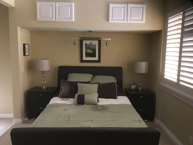 Clean & Spacious, Close to Beach, Balcony - Huntington Beach - Lägenhet