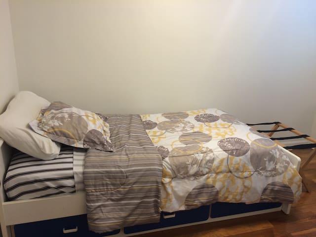 Guest Room at A2Z - Dayton - Hus