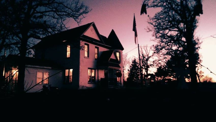 Haunted Castle House (entire home) - Brumley - Bed & Breakfast