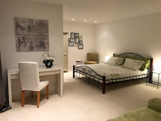 Comfortable and independent room with garden - Mies - Villa