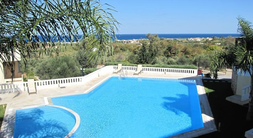 Pandora Maisonette with beautiful gardens and pool - Maleme - Huis