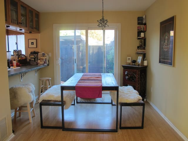 Two Rooms in Bright Sunny Spacious Townhouse - Agoura Hills