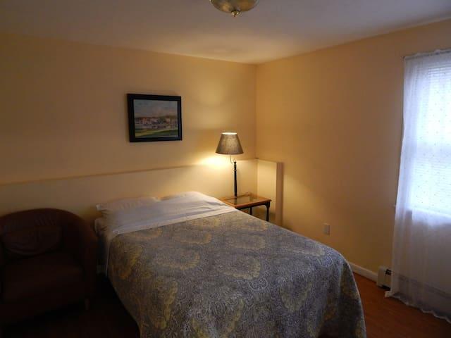 Spacious One Bedroom suite w/ Private Living Room - Monroe - Gjeste suite