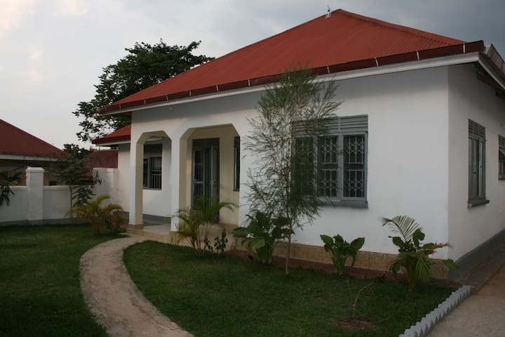 The White Villa - Mukono - Hus