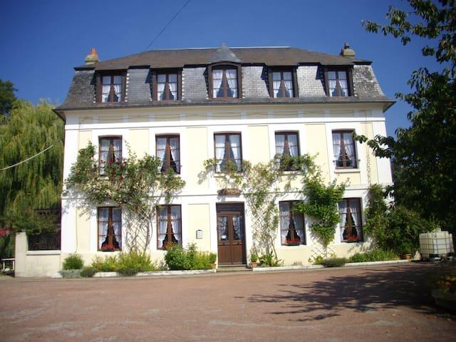 Chambre très spacieuse, calme dans ancien manoir - Saint-Arnoult - Gästhus