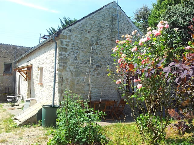 Stone house in the countryside - La Neuville-sur-Essonne - Huis