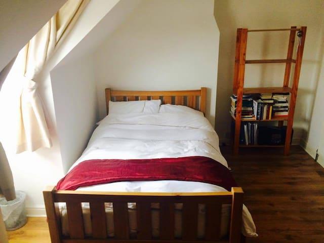 Generous double room on private floor, Leek - Leek - Hus