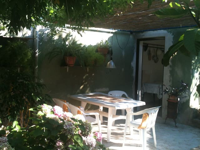 Small cozy house with a garden (pets are welcome) - Murter - Leilighet