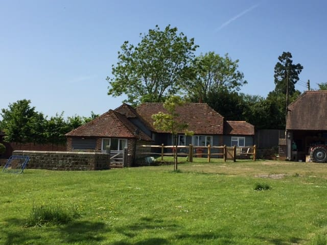 Idyllic cottage with incredible views, Petworth - Petworth - Huis