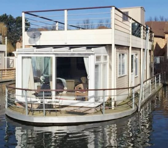 Relaxing lakeside house - Wyton
