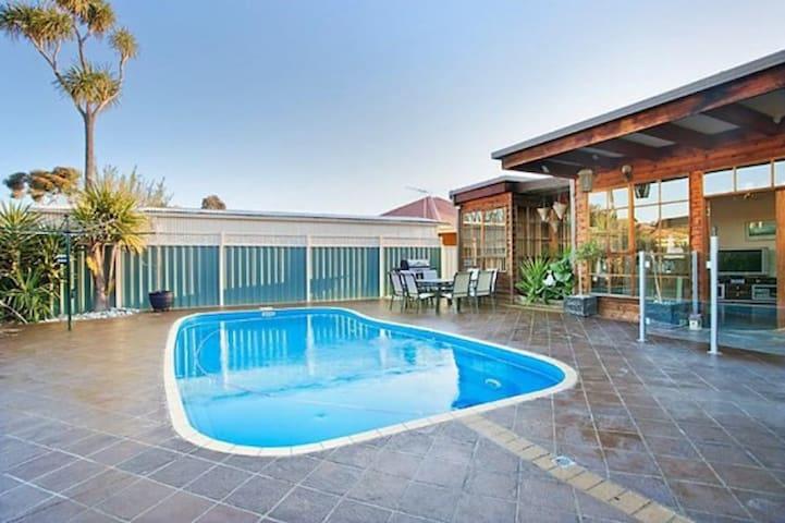 Delightful renovated home, close to CBD & beaches - Altona North - Casa