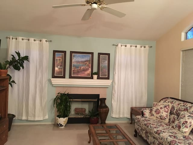 Spacious, quiet relaxing home with lots of privacy - Elk Grove - Casa