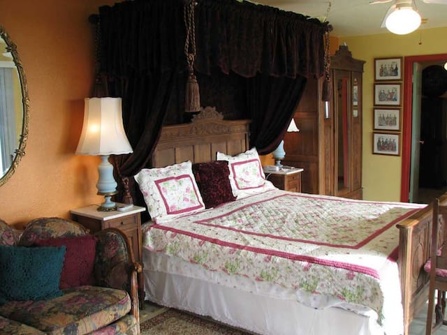 Victorian Rose King Suite with View - Pāhoa - Bed & Breakfast