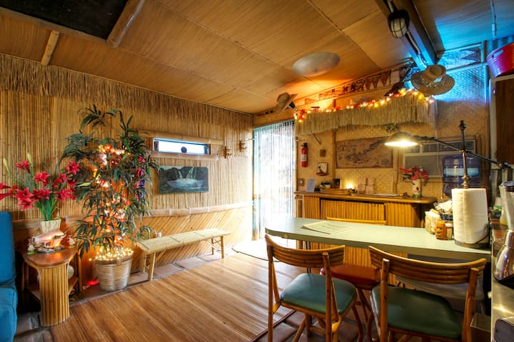 The Tiki Hut in Pioneertown, by Pappy & Harriet's - Pioneertown - Rumah