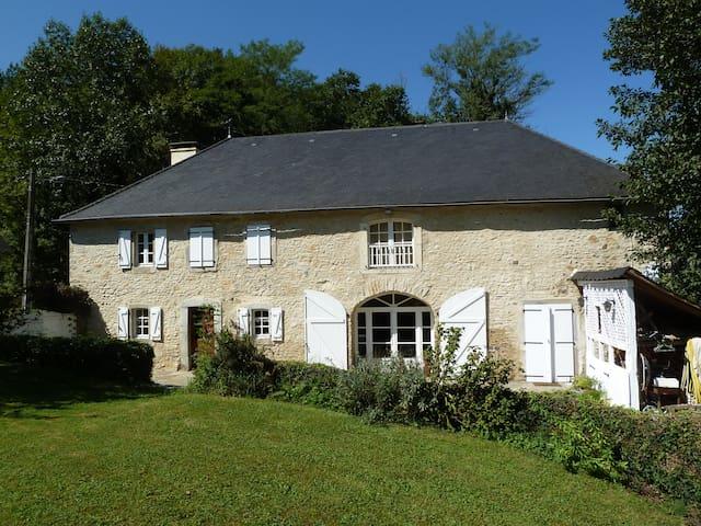 Belle ferme rénovée avec soin - Oloron-Sainte-Marie - Hus