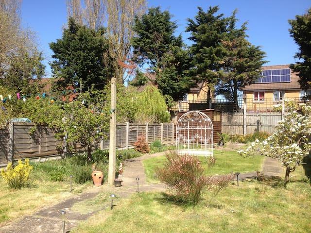chambre double avec vue sur le jardin à Londres - Dagenham - Bed & Breakfast