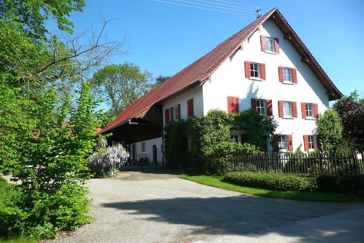 Oberschwäbisches Bauernhaus, idyllische Alleinlage - Bad Waldsee - Huis