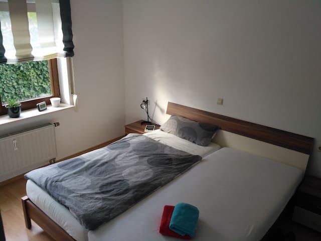 Zimmer mit Doppelbett+Schrank 3km zu Audi - Neckarsulm - Appartement