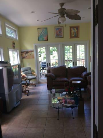 Cozy master bedroom / bath in central location - Richmond Heights - Huis