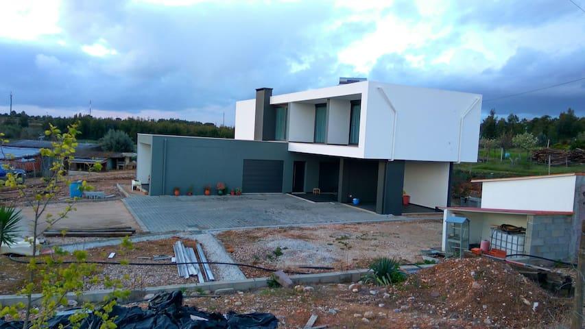 Modern house, peaceful location - Vila Nova da Barquinha - Huis