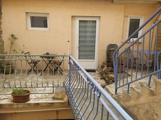 Grand studio avec terrasse - Pont-Saint-Esprit - Wohnung