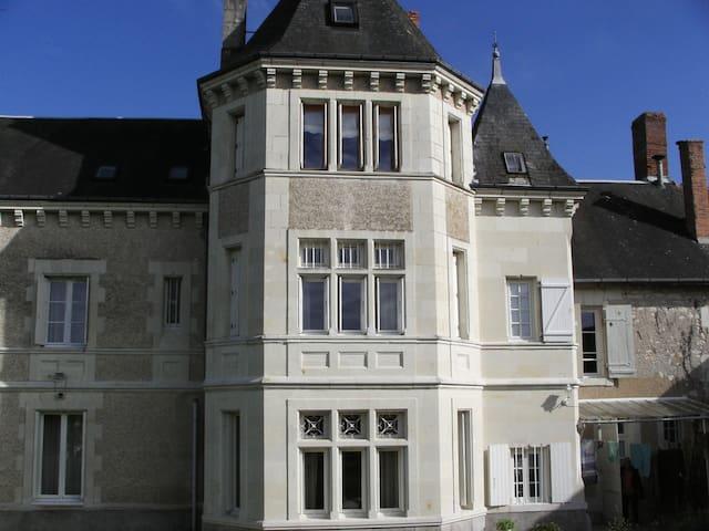 """Chambre d'Hôtes  """"La Tourelle des Echelles"""" - Lésigny - Bed & Breakfast"""