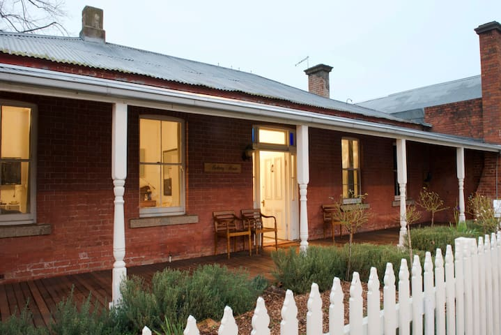 Rothery House c 1850 - CBD Location - Myrtleford - Casa