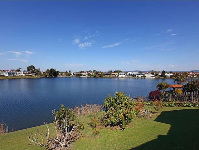 Gorgeous water front house close to everything - Benowa - Huis