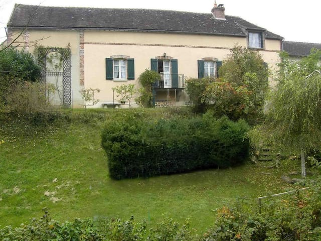 19th Cent Cottage, garden & stream - Villeneuve-sur-Yonne - Huis