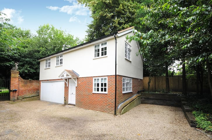 TWO BED COTTAGE ENGLEFIELD GREEN VILLAGE #TGH - Englefield Green - Hus