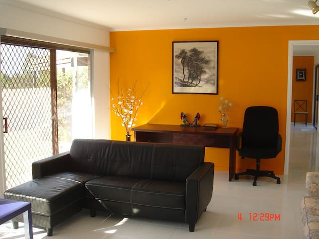 A clean and quiet house with all the conveneinces - Jindalee - Huis