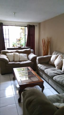 Cozy and safe room near to the U.S Embassy. - Antiguo Cuscatlán - Huis