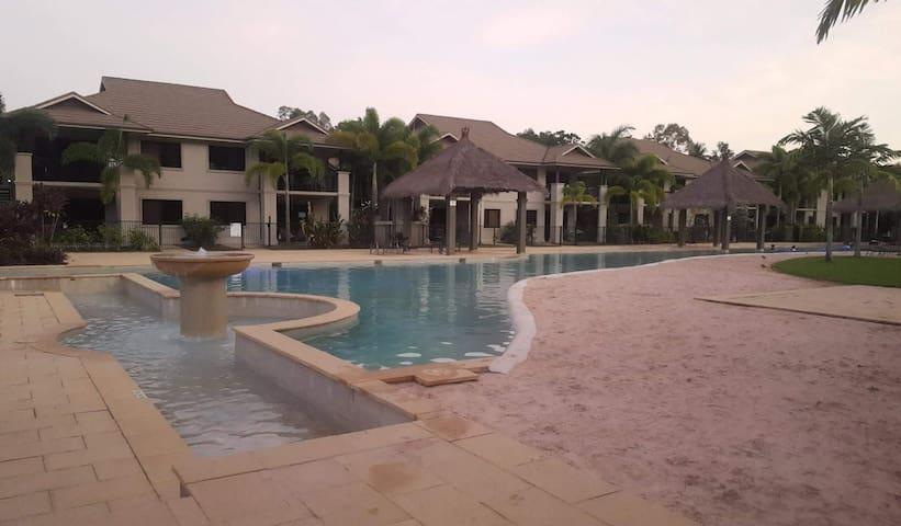 Large room + tropical pools and tennis court - Mooroobool - Apartamento