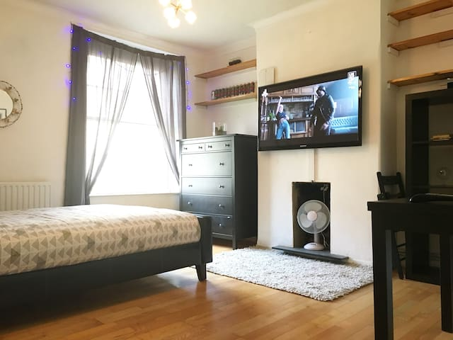 Two Bed Flat in Great Central London Location!! - London