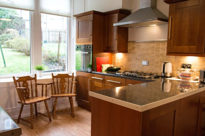 Beautifully spacious 2 bed room flat in quite area - Paisley - Pis