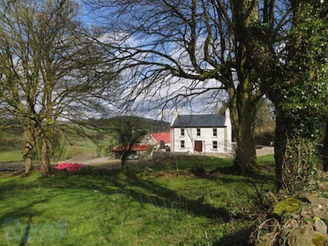 Lovely old farm house in a quite rural area - Scarriff - Huis