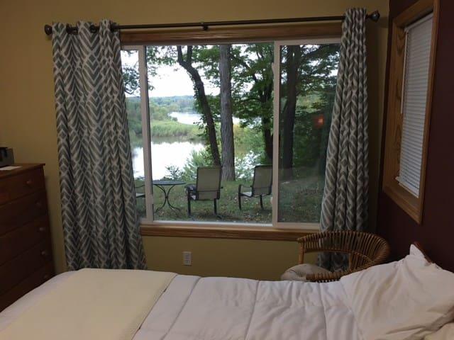 Room with Private Bath on Cedar River - Cedar Rapids