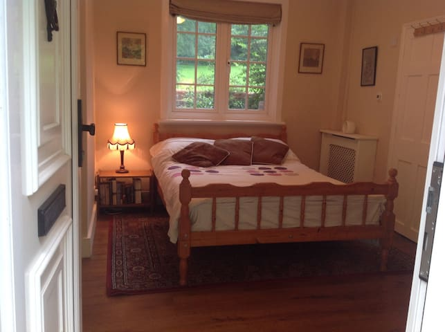 Double Room with en suite and own private lounge. - Merstham - Квартира