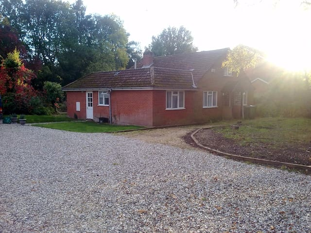 Single/Dble/Twin Room in Country Chalet Bungalow - Finchampstead - Huis