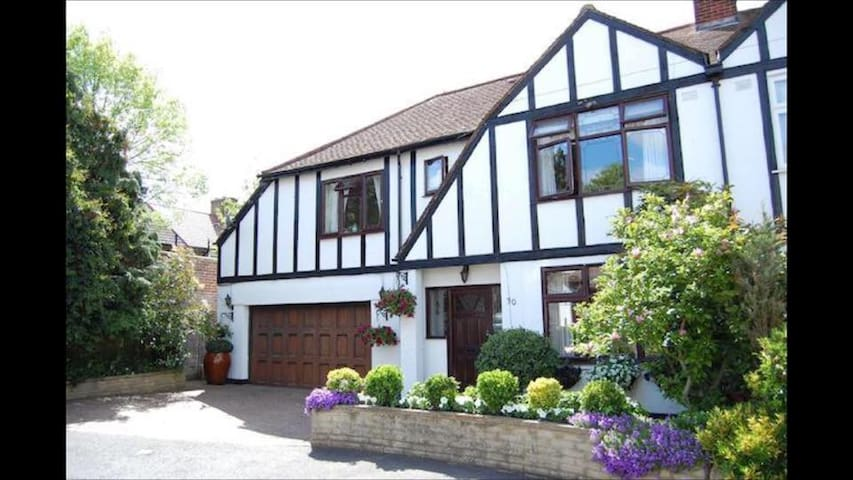 Beautiful Tudor Home - Morden - Rumah