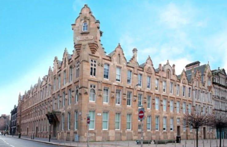 Entire home two level flat with mezzanine balcony - Glasgow - Daire