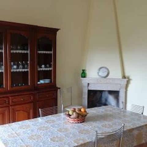 Small Hilltop Town Getaway Nestled in Countryside - Colli - Appartement