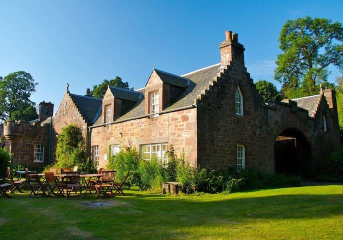 Redwood Cottage, Fingask Castle, Rait, Perthshire - Rait